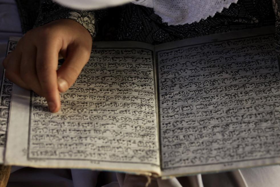 17.  Gadis dari Kashmir membaca Alquran di sebuah madrasah setempat, sebuah sekolah agama Islam, selama bulan suci Ramadhan di kota Srinagar India.  (AP / Dar Yasin)