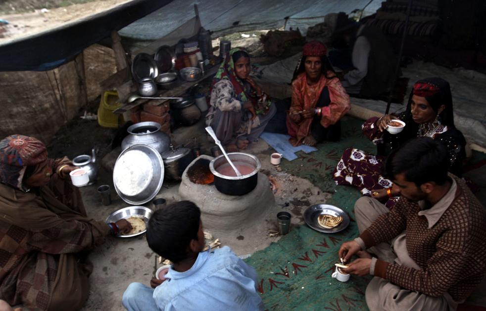 18.  Kashmir keluarga nomaden bakarval minum teh asin masyarakat di kamp sementara di pinggiran kota Srinagar India (AP / Dar Yasin)