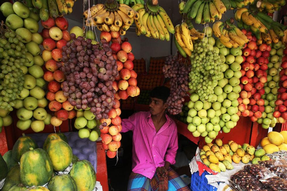 19.  Bangladesh pedagang buah-buahan menunggu pelanggan selama bulan suci Ramadhan di Dhaka (AP / Pavel Rahman)