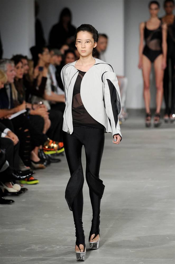 1) Модель демонстрирует футуристический дизайн от ThreeasFour, с которыми сотрудничала Йоко Оно для их совместной коллекции Iconoclastic в показе весна 2010 во время недели моды Mercedes-Benz. (Jeff Gentner / Getty Images)