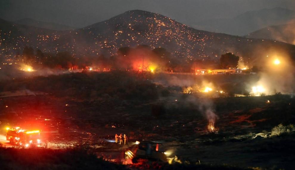 2) Холмы Эктон в штате Калифорния в зареве пламени 30 августа – это только часть огромного пожара, который охватил Национальный лесной парк Анджелес, к северу от Лос-Анджелеса. (Gene Blevins/Reuters)