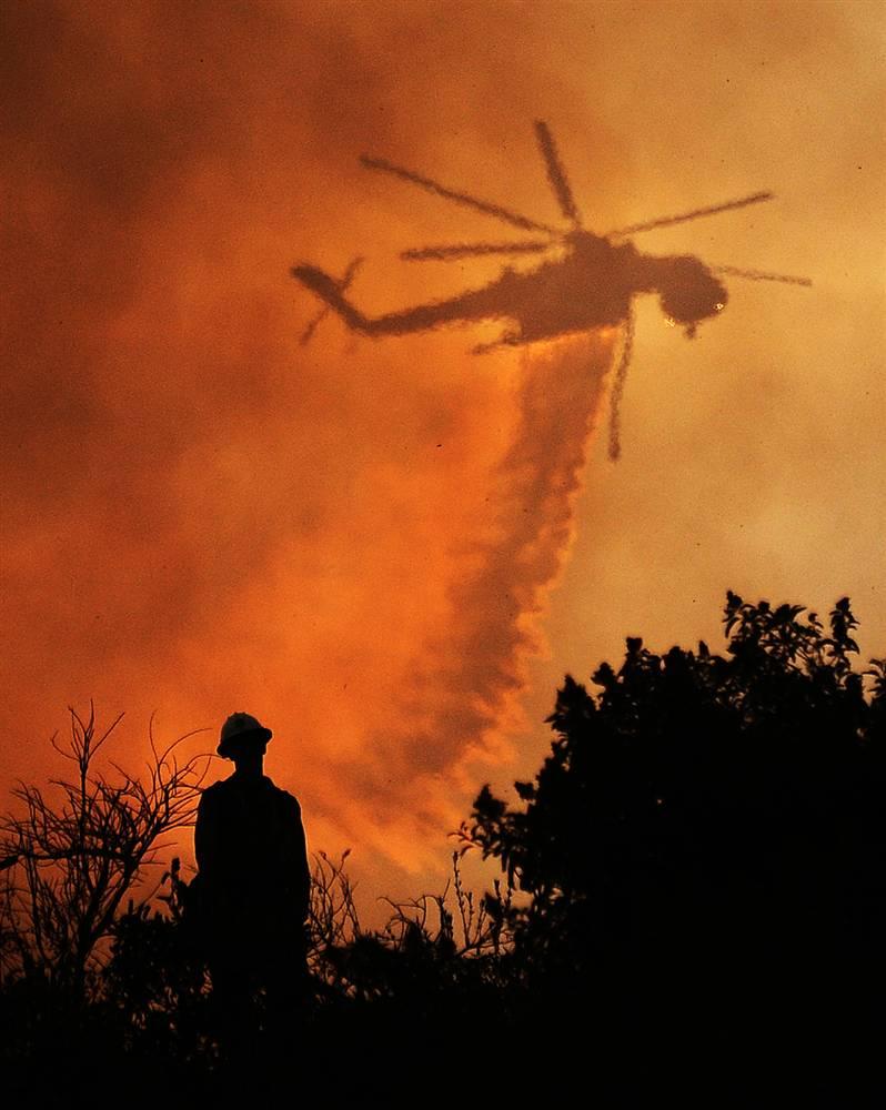 3) Этот вертолет - один из десятков единиц авиации, которые 28 августа участвовали в тушении пожара в Национальном лесном парке, недалеко от Лос-Анджелеса. В разгар пожара в тушении участвовали более 4000 пожарных. (Gene Blevins/Reuters)