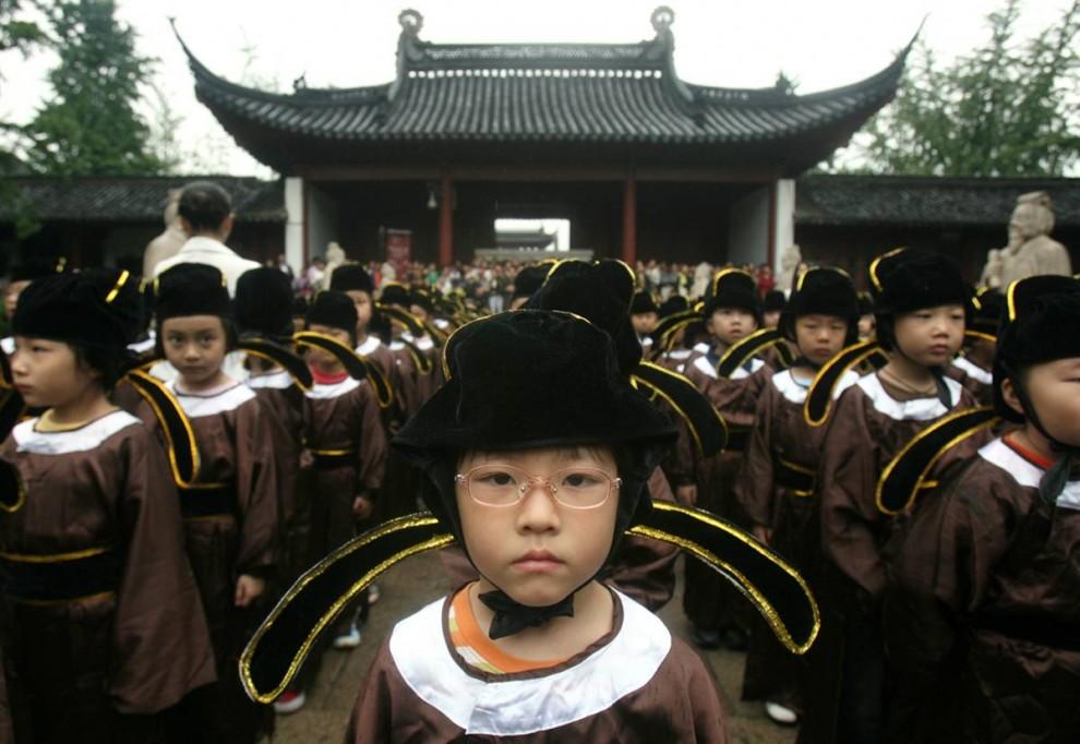 5) Дети в китайском городе Нанкин начинают учебный год 31 августа, собравшись в традиционных костюмах у храма Конфуция. (Jeff Xu/Reuters)