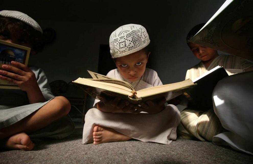 7) Палестинские дети читают Коран в мечети в городе Газа на 29 августа во время священного месяца Рамадан. Мусульмане всего мира отмечают самый священный месяц в исламском календаре, воздерживаясь от еды, питья и курения от рассвета до заката. (Ali Ali/EPA)