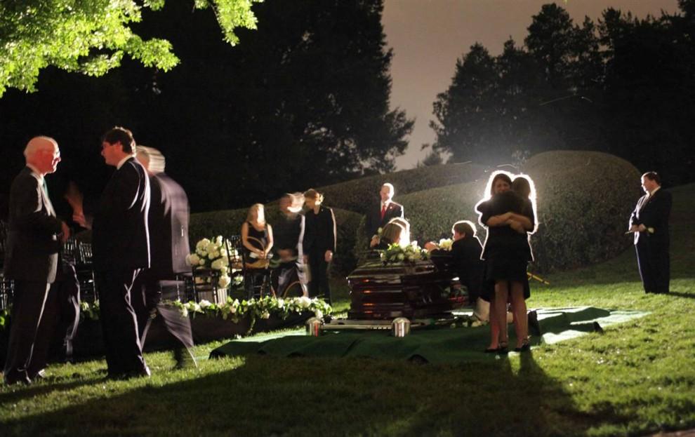 12) Члены семьи собрались 29 августа у гроба сенатора Эдварда Кеннеди на Арлингтонском национальном кладбище в Арлингтоне, штат Вирджиния. 77-летний Кеннеди скончался 25 августа, через год после того как ему был поставлен диагноз рак мозга. (Doug Mills/AP)