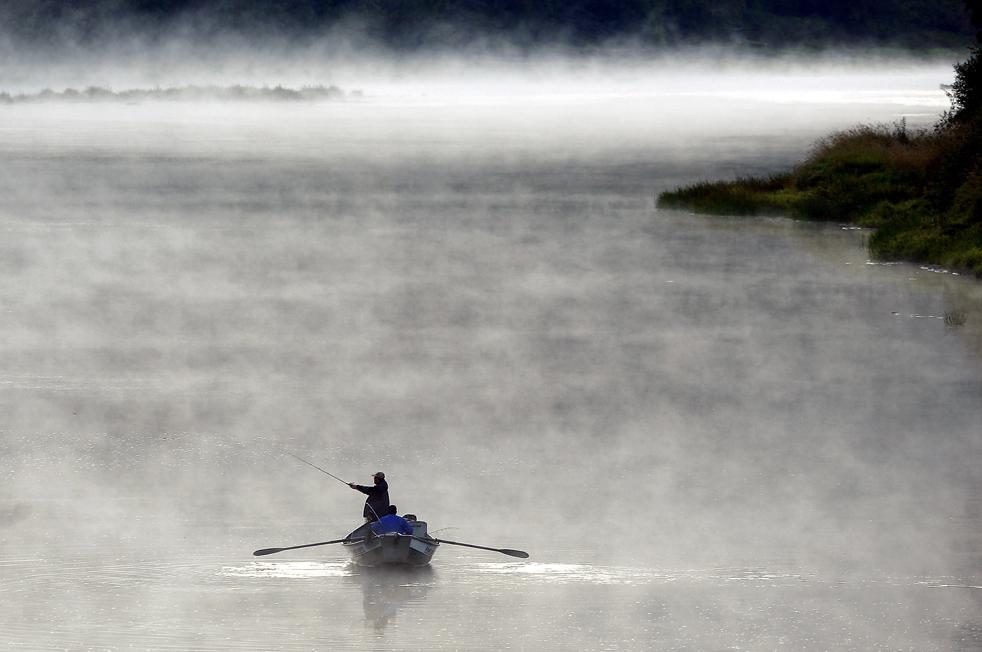 17) Рыбаки плывут по туманной реке Умпква недалеко от Элктона, штат Орегон, 22 сентября. ((AP/The News-Review/Robin Loznak)