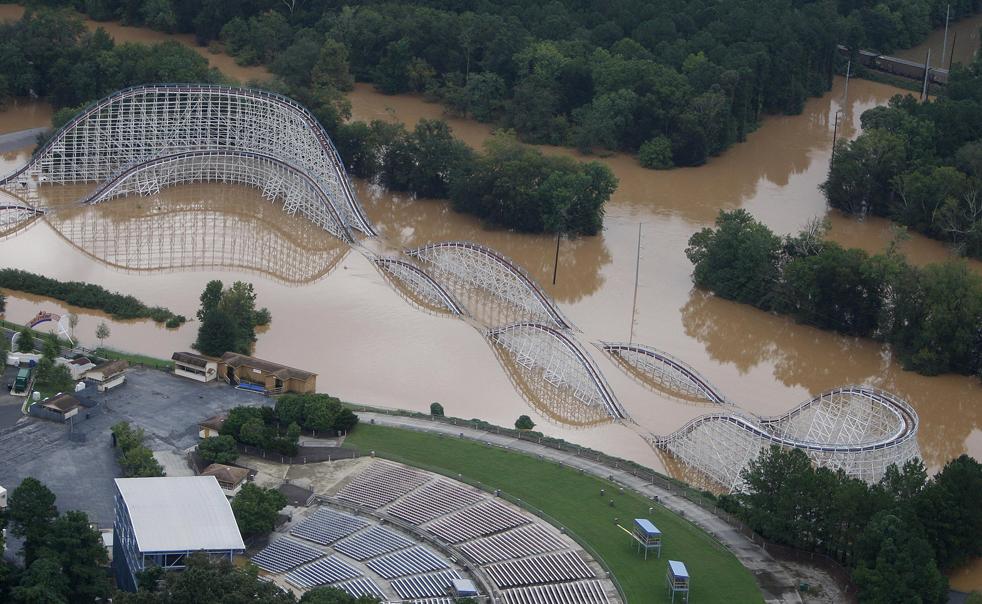 3) Американские горки в парке развлечений Шесть Флагов во вторник, 22 сентября 2009 в городе Остелл, штат Джорджия. Регион затопило после нескольких дней проливных дождей. (AP/John Bazemore)