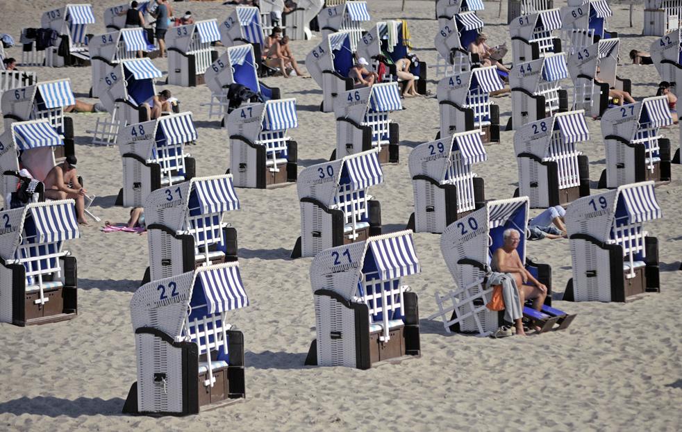 10) В солнечный день пляжники лежат в шезлонгах на одном из пляжей Балтийского моря в городе Кюлунгсборн, в северной Германии, в воскресенье, 20 сентября. (AP/Thomas Haentzschel)