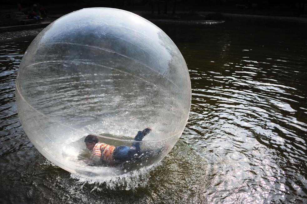 15) Мальчик плывет по поверхности озера в шаре, радуясь хорошей осенней погоде  в парке Софии 21 сентября. (AFP/Getty Images/Dimitar Dilkoff)