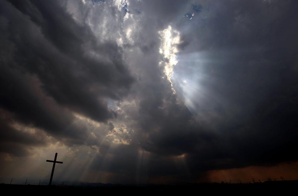 16) Лучи солнца пробиваются сквозь облака над греческим православным монастырем, недалеко от столицы Кипра Никосия, в понедельник 21 сентября. Как сообщает кипрская метеослужба, по количеству осадков выпавших на острове в последние дни месяца, сентябрь 2009 попал в пятерку самых влажных за последние сто лет. (AP/Petros Karadjias)