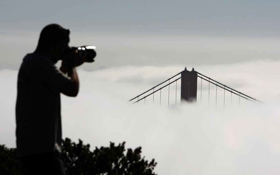 1) Турист фотографирует утопающую в тумане северную башню моста Золотые Ворота, 21 сентября, в Сосалито, штат Калифорния. (Getty Images/Justin Sullivan)