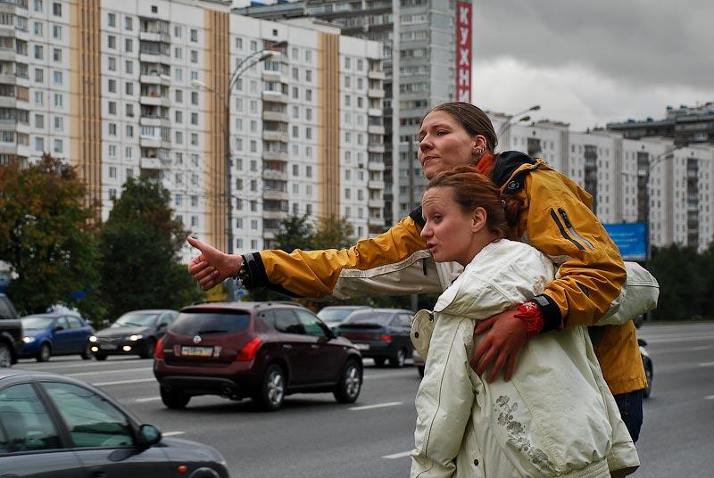 """11) Ловят до МКАДа: """"Нам бы только за город выехать, а там уже легче."""" - """"- А как вы объясняете, что без денег поедете?""""  - """"- А по нам видно!"""""""