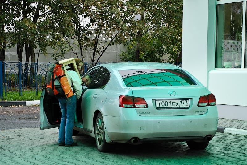 15) Под зеленой крышей автозаправки они, хоть и не с первого раза, но охмурили водителя Лексуса. «А то, что не на дороге поймали?» - « В правилах написано: на бензоколонках можно ловить.» - « Но вы же не на табуретке стояли?» - «А про табуретки на бензоколонках там ничего не написано!»