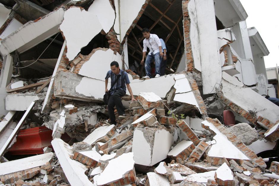 1) Студенты выходят из рухнувшего здания после землетрясения в Паданге, на острове Суматра в Индонезии.