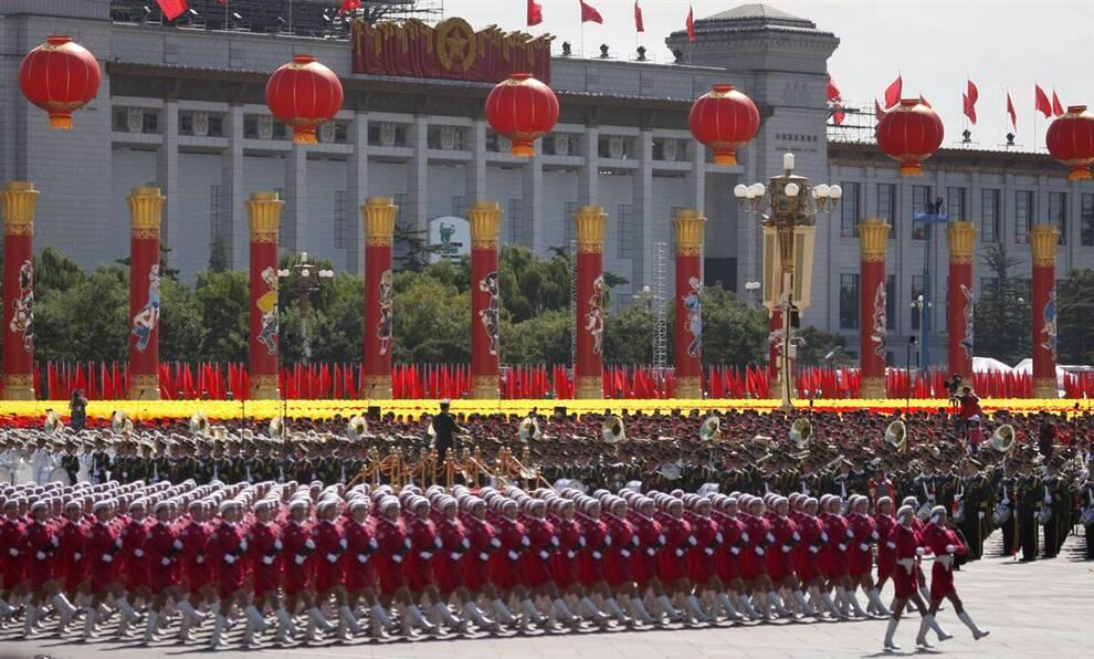 1) Военный парад в честь 60-летия КНР в Пекине, в четверг, 1 октября. Для празднования шестидесяти лет коммунистического правления, Китай организовал крупнейший в своей истории военный парад: сотни тысяч демонстрантов, дивизионы марширующих солдат и все виды вооружения от беспилотных ракет до амфибий морского десанта. (Ng Han Guan/AP)