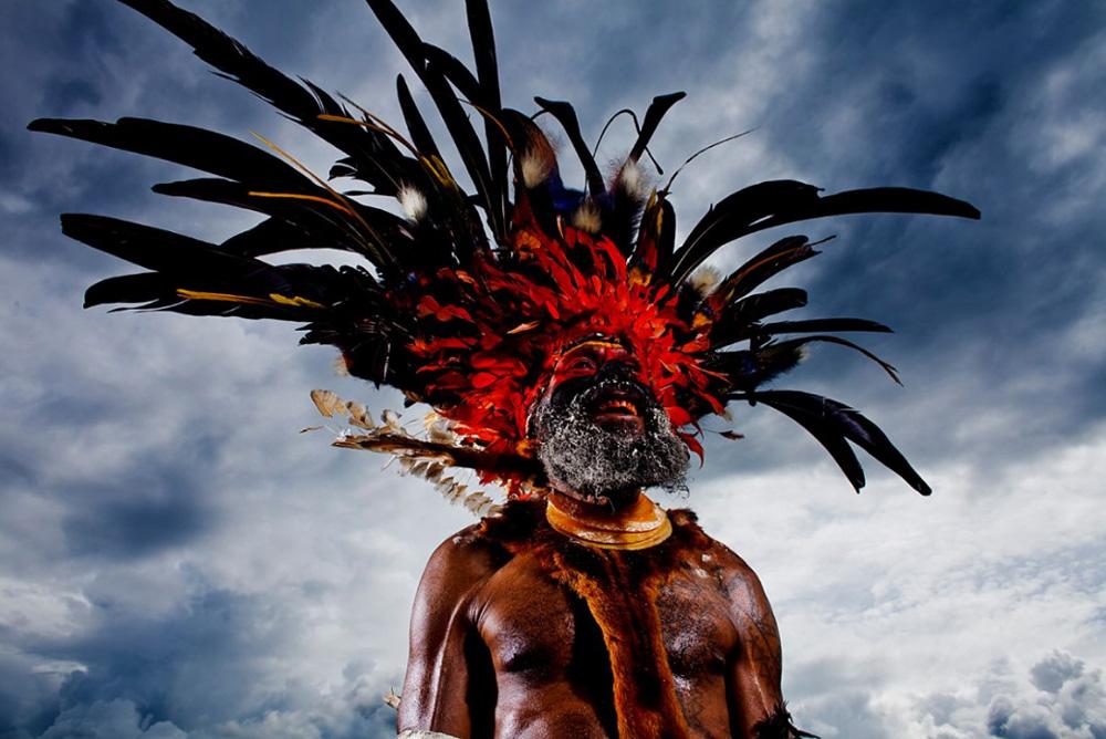 1. Традиционный костюм в деревне провинции Чимбу, Папуа — Новая Гвинея, 18 декабря 2008 года. Подобные костюмы надевают по особым случаям, а именно — на племенные собрания Синг-Синг, на ритуал Мока, церемонии возмещения, брачные церемонии и пиры. (Brent Stirton/Getty Images)