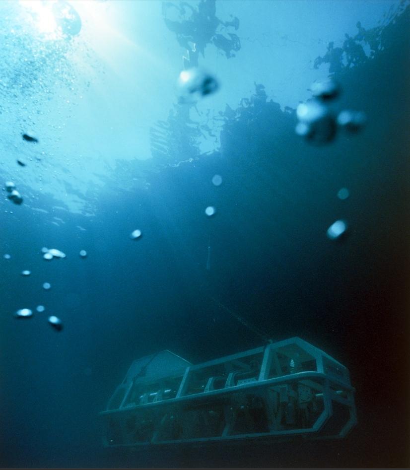 """1) Поисковый аппарат Арго начинает свой двухчасовой спуск к корпусу """"Титаника"""" в северной части Атлантического океана."""