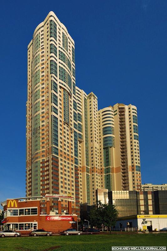 1) Так жилой комплекс выглядит при свете дня.