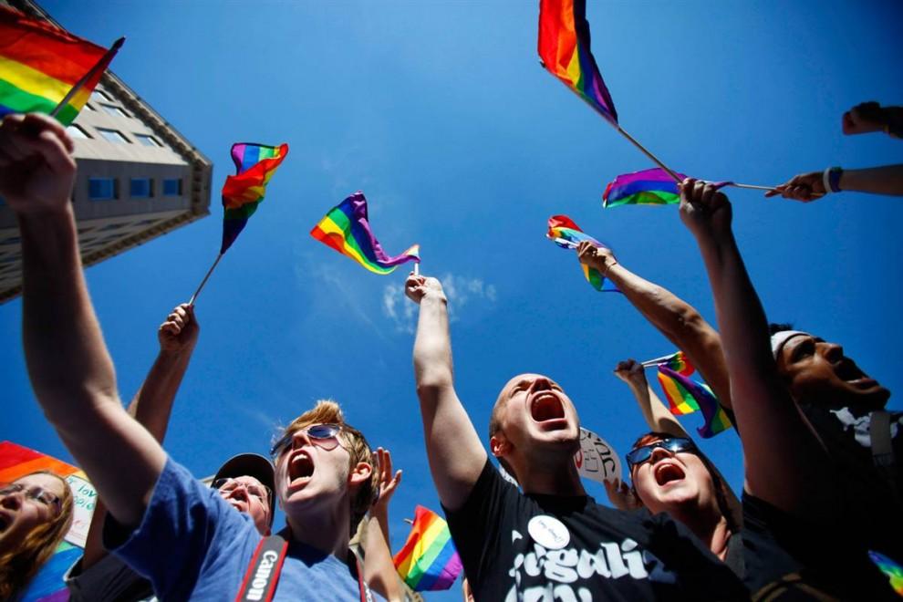 1) 20 летний Лорен Хендрикс, из Таллахасси, штат Флорида, слева, и 21 летний Камерон Толле, из Цинциннати, штат Огайо, скандируют среди тысяч других активистов, выступивших за права геев в ходе марша в Вашингтоне, 11 октября. (Jacquelyn Martin/AP)