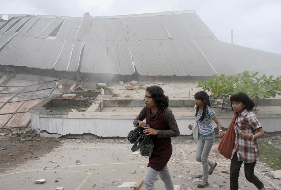 2) Студенты рядом с рухнувшим зданием университета после землетрясения в Паданге, на острове Суматра в Индонезии. На территории Западной Суматры нет известных курортов. Это в первую очередь ключевой для Индонезии промышленный район.