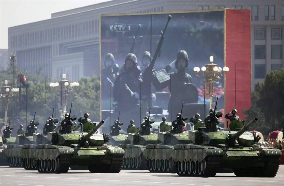 2) Танки Народно-освободительной армии проезжает по площади Тяньаньмэнь во время масштабного парада в Пекине в четверг. (Nir Elias/Reuters)