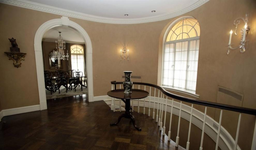 2.Фойе и столовая в пентхаусе Мэдоффа. Сам Мэдофф оценивает свой особняк меньше чем в 7 миллионов долларов.