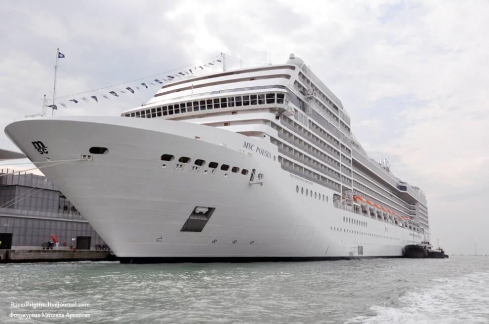 2) Водоизмещение судна - 89 600 тонн, на нем имеется 1275 кают в которых могут путешествовать 2550 человек. Экипаж и обслуживающий персонал — 987 человек. Максимальная скорость — 23 узла (один узел это 1,852 км/ч).