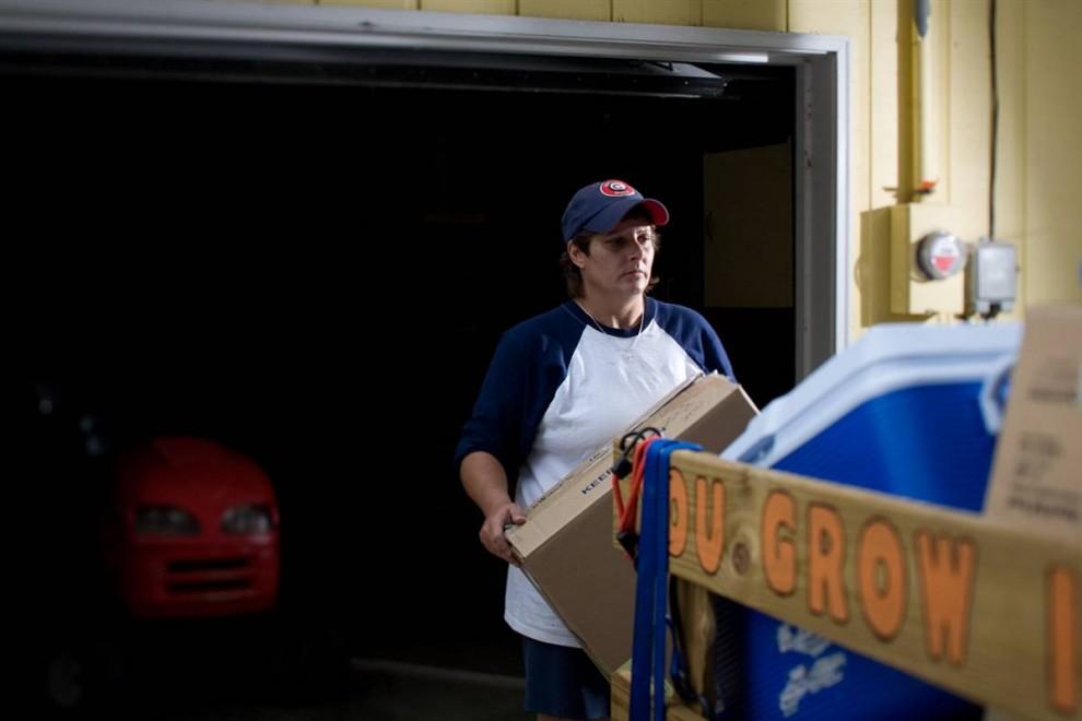 2. 42-летняя Терри Ваврек выезжает из своего дома, в котором прожила 8 лет, после того, как объявила себя банкротом и лишилась ипотеки. Потеряв работу в январе и получая каждый месяц пособие по безработице в размере 1200 долларов, она быстро влезла в долги, так как ей нужно было выплачивать ипотеку – 1400 долларов в месяц. В данный момент Ваврек с дочерью живут у подруги. Она работала на заводе, где производили автомобили H2 Hummers для «General Motors». Она надеется вернуть свое место, так как компания решила продать завод китайской компании. «Я жду положительных новостей о своей работе, так как компания подписала контракт о продаже завода», - говорит она. Изменила бы она что-нибудь, если бы знала, что все так случится? «Я бы позаботилась о том, что смогу выкупить дом даже без работы», - говорит она. (James Cheng/msnbc.com)