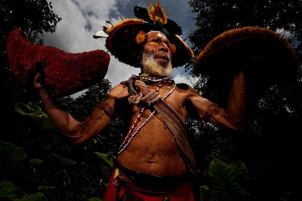 2. Фото Хули Уигмана на собрании синг-синг, Тари Гап, Папуа — Новая Гвинея, 17 декабря 2008 года. (Brent Stirton/Getty Images)