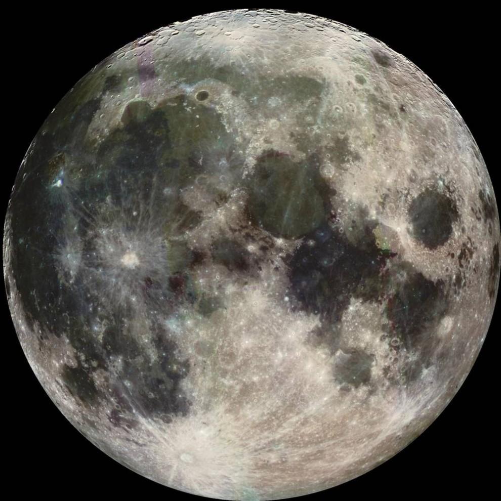 2. В октябре на Луну (на этом снимке, сделанном космическим кораблем NASA «Галилео») был отправлен еще один зонд. Космический аппарат для наблюдения и зондирования лунных кратеров (LCROSS) разбился в полярном кратере 9 октября. Хотя это невозможно было видеть с Земли, данные, собранные кораблем с лучшей видимостью лунной поверхности, должны помочь ученым узнать больше о водных льдах, заключенных в почве Луны. (NASA via AFP - Getty Images)