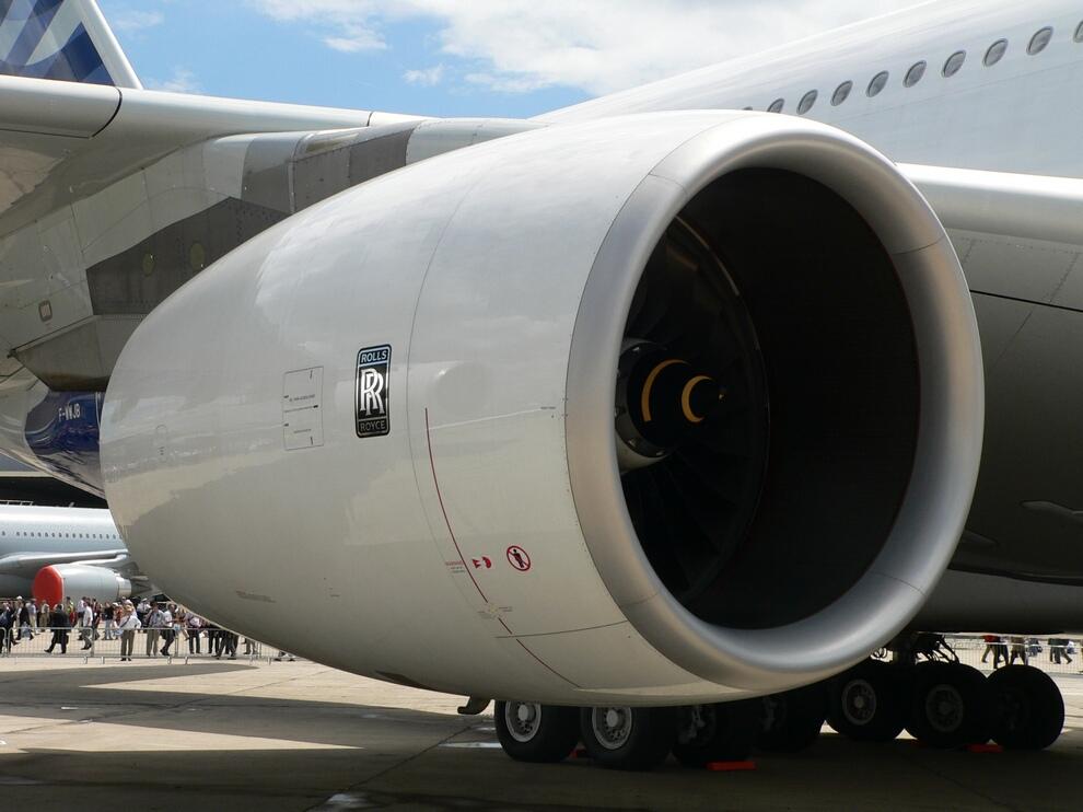2) В расчёте на одного пассажира Airbus А380 сжигает на 17 процентов меньше топлива, чем современный самый большой самолёт. Чем меньше топлива сжигается, тем меньше выбросы углекислого газа. Для самолёта выбросы CO2 в расчёте на одного пассажира составляют всего лишь 75 грамм на километр пути. Это почти вдвое меньше нормы выброса углекислоты, установленной Европейским союзом для автомобилей, произведённых в 2008 году.