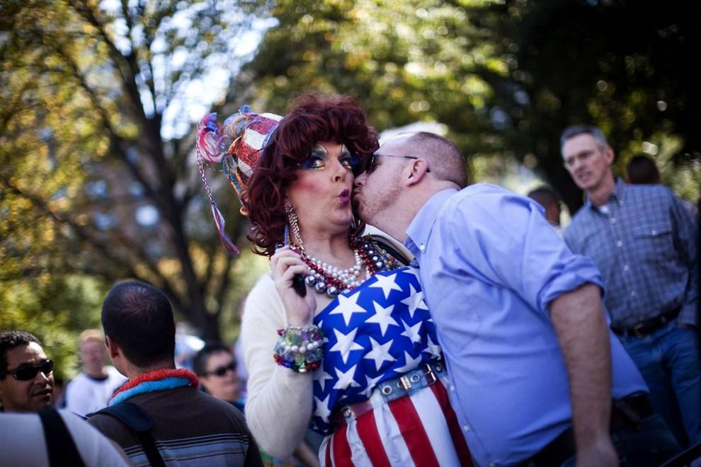 2) Тысячи геев и лесбиянок собрались у Белого дом и Капитолия требуя защиты своих гражданских прав во всех 50-ти штатах. (Jim Lo Scalzo/EPA)