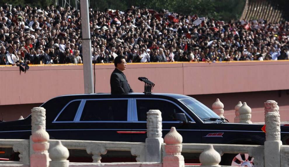 3) Президент Китая Ху Цзиньтао возвышается над автомобилем во время смотра военного парада у ворот Тяньаньмэнь в Пекине в четверг. (Ng Han Guan/AP)