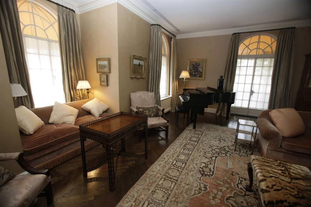 3.Китайский антиквариат, фарфоровые вазы, и деревянные ставни украшают гостиную