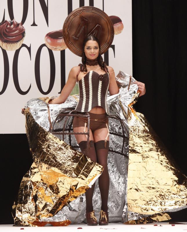 3. Модель Литиция Рэй в платье из шоколада на открытии 15-ого ежегодного события «Salon du Chocolat de Paris» в Париже 13 октября 2009 года. Это самое крупное шоу в мире, посвященное шоколаду. На нем собираются знаменитые дизайнеры и более 140 шоколатье со всего мира. (UPI Photo/David Silpa)