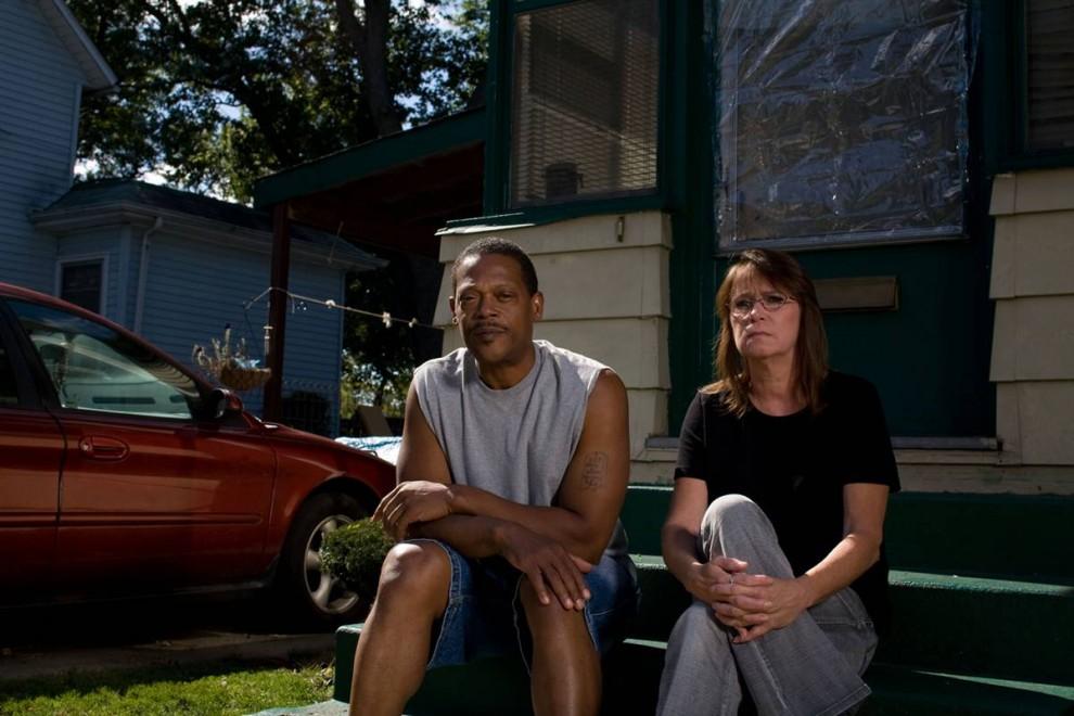 3. Джонни Уоррен и Бренда Карпентер рассказывают о своих проблемах с ипотекой на пороге своего дома в Элкхарте 30 сентября. Они живут в этом доме с 1998 года и всегда исправно платили, пока их не уволили с работы – Уоррена после 17 лет работы, Карпентер – после 20. Им помогает местная некоммерческая организация «La Casa», которая помогает им снизить плату за ипотеку. Карпентер говорит, что они все время ищут работу, но им отказывают, потому что они «они не подходят по возрасту».  Карпентер советует не пропускать платежи за дом. «Убедитесь, что ипотека оплачивается в первую очередь», - говорит она. (James Cheng/msnbc.com)