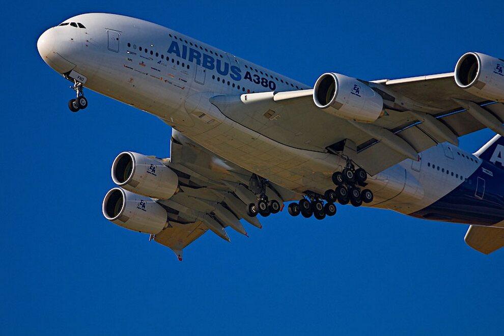 3) Ранее критики утверждали, что из-за своего веса Airbus А380 может повредить рулежные дорожки аэропорта. Однако давление, которое оказывают колеса лайнера на поверхность меньше, чем у Boeing 747 или Boeing 777, поскольку у нового лайнера 22 колеса, что на 4 больше, чем у Boeing. Airbus измеряла нагрузку на дорожное покрытие с помощью специальной 580-тонной повозки с грузом, построенной для имитации шасси Airbus А380. Повозку прокатывали по участку дорожного покрытия, где были размещены датчики давления