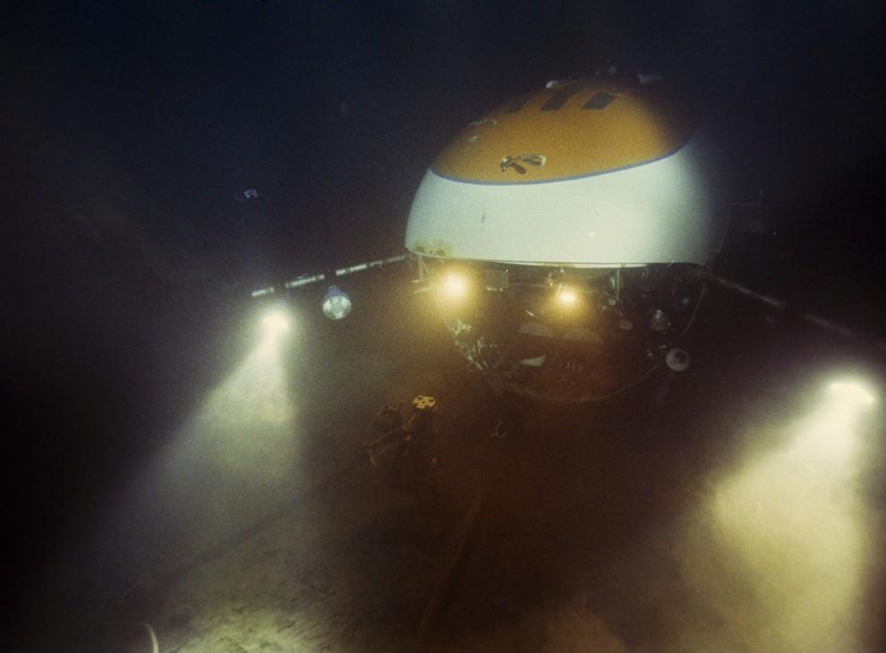 3) Свет батискафа  Мир 2 освещает левый становой якорь на баке затонувшего Титаника.