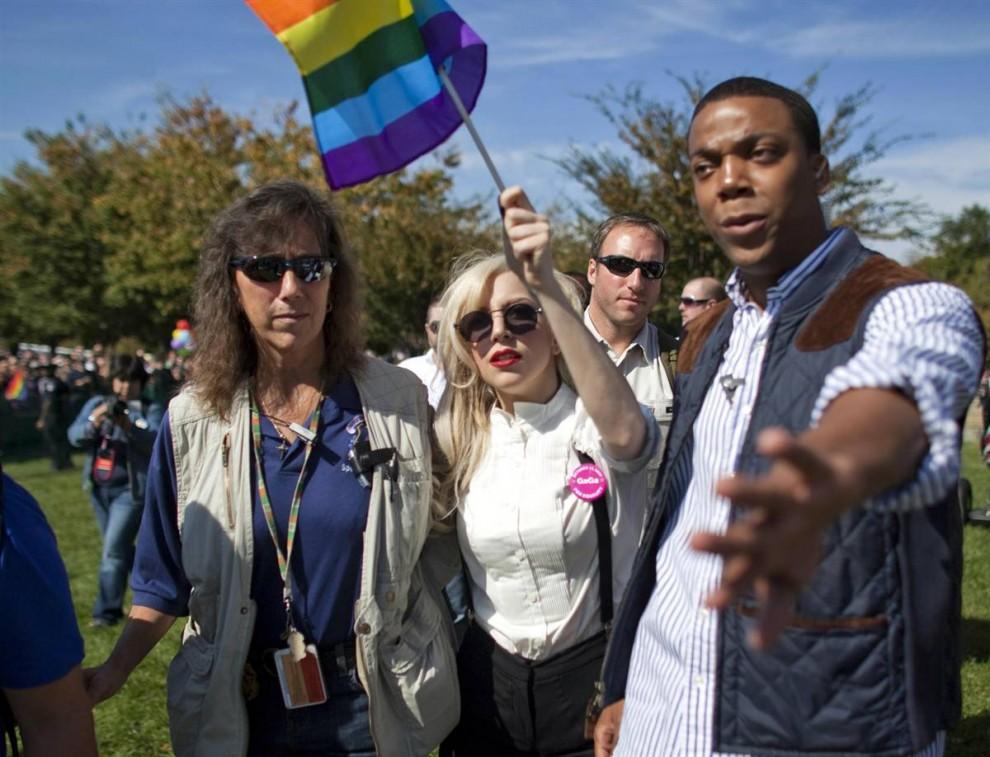 3) Певица Леди Гага (в центре) прибыла на Марш национального равенства в Вашингтоне. (Jim Lo Scalzo/EPA)