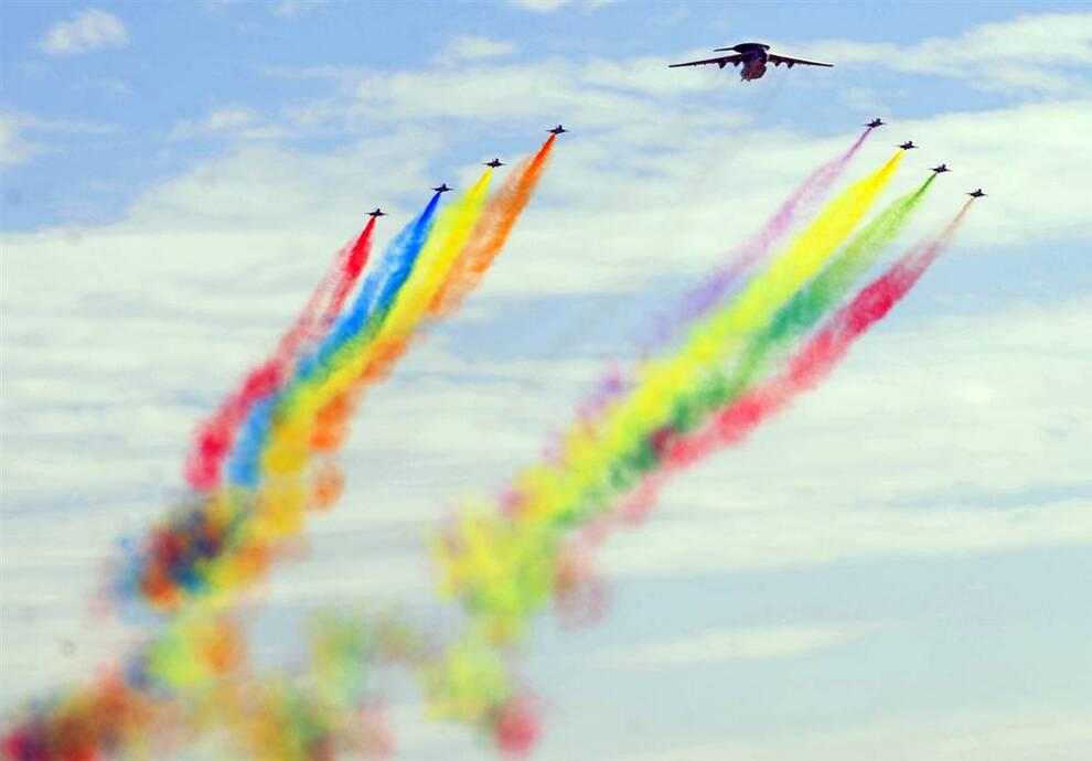 4) Китайские военные самолеты летят над парадом по случаю 60-летия КНР в Пекине в четверг. Официальное начало масштабного празднования ознаменовалось салютом из 60-ти залпов, который был слышен по всей знаменитой площади Тяньаньмэнь в Пекине. (Frederic J. Brown/AFP - Getty Images)