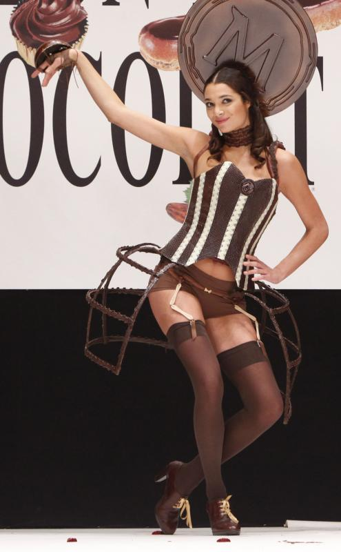 4. Модель Летиция Рэй в шоколадном наряде на открытии 15-ого ежегодного события «Salon du Chocolat de Paris» в Париже 13 октября 2009 года. Это самое крупное шоу в мире, посвященное шоколаду. На нем собираются знаменитые дизайнеры и более 140 шоколатье со всего мира. (UPI Photo/David Silpa)