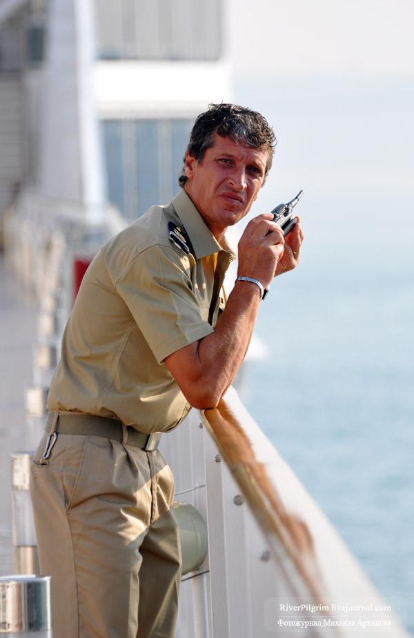 4) На командных должностях на лайнере работали исключительно итальянцы.