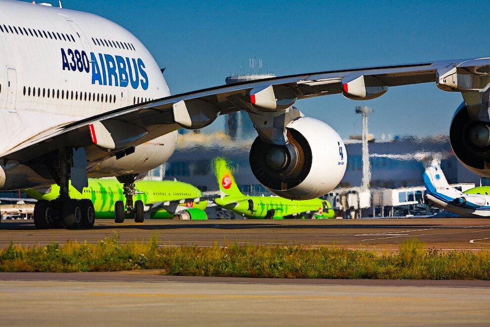 4) По словам разработчиков, самой сложной частью в создании самолёта стала проблема снижения его массы. Её удалось решить за счёт применения нового и революционного по своему исполнению композиционного материала. Из него сделан фюзеляж и крылья. В результате на 40 процентов  Airbus А380 состоит из углепластиков.