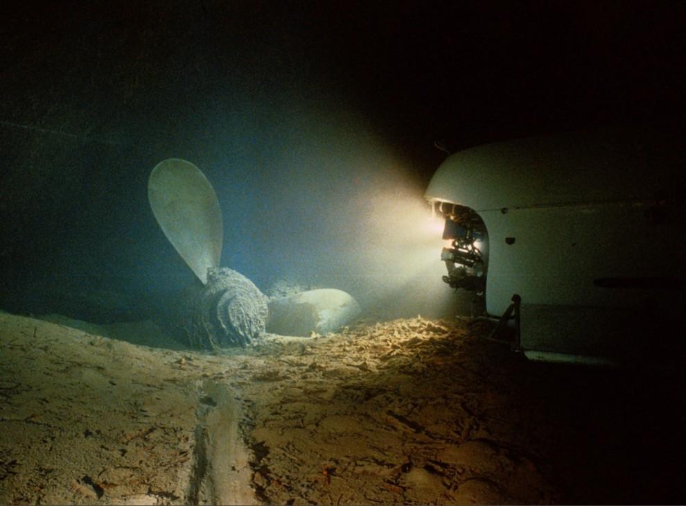 4) В ранние утренние часы 1 сентября 1985  океанограф Роберт Баллард и фотограф Эмори Кристоф обнаружили и сфотографировали останки Титаника. Криштоф и его команда использовали подводный поисковый аппарат и буксируемые салазки с фотокамерой, для того, чтобы сделать более 20 тысячи кадров, в числе которых был и этот снимок, на котором можно увидеть правый винт затонувшего океанского лайнера.