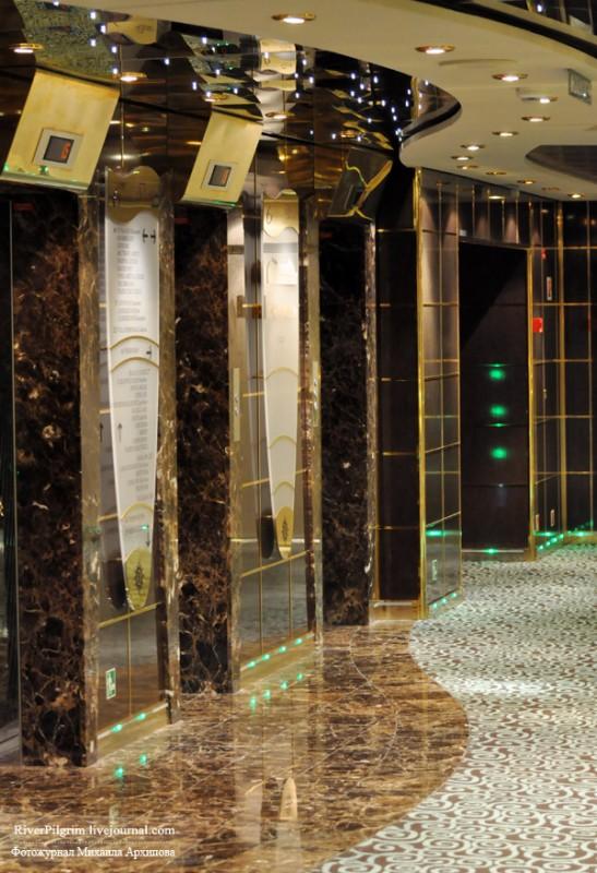 5) Немного видов общественных помещений. Несмотря на то, что лифтов было много и на палубу приходилось по три лифтовых холла, дождаться их было, пожалуй, самой большой проблемой.