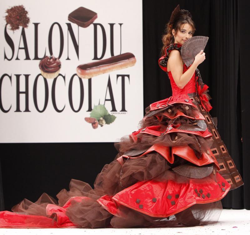 5. Актриса Мари Фуген в шоколадном наряде на открытии 15-ого ежегодного события «Salon du Chocolat de Paris» в Париже 13 октября 2009 года. (UPI Photo/David Silpa)