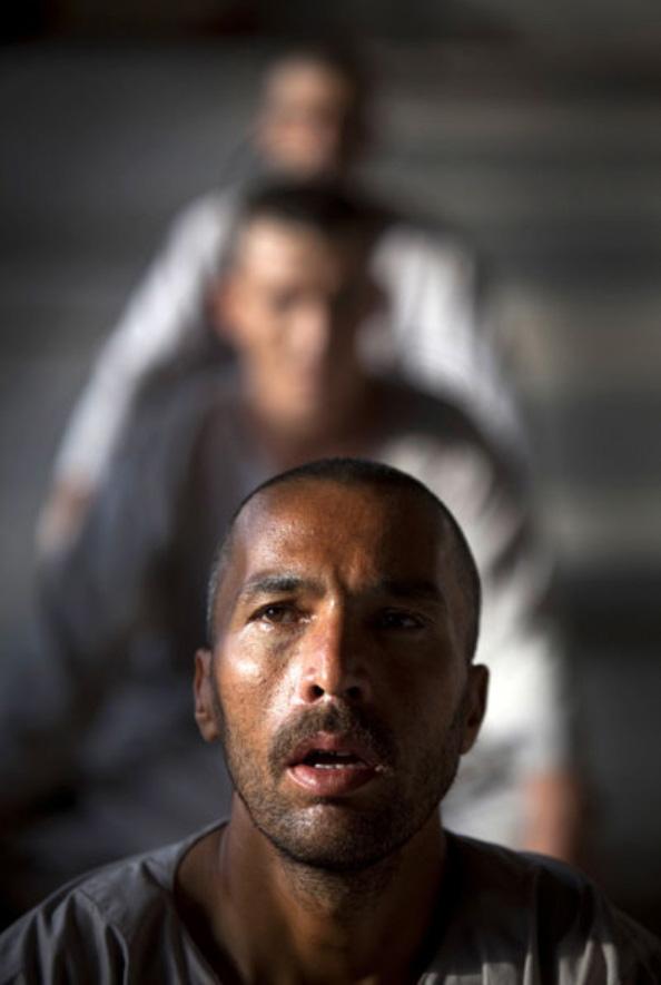5) Наркоманы, проходящие программу детоксикации Вадан отдыхают во время ежедневной программы физических упражнений в центре реабилитации в Кабуле 28 сентября. Программа длится 45 дней и сочетает в себе детоксикацию и реабилитацию. (Paula Bronstein/Getty Images)