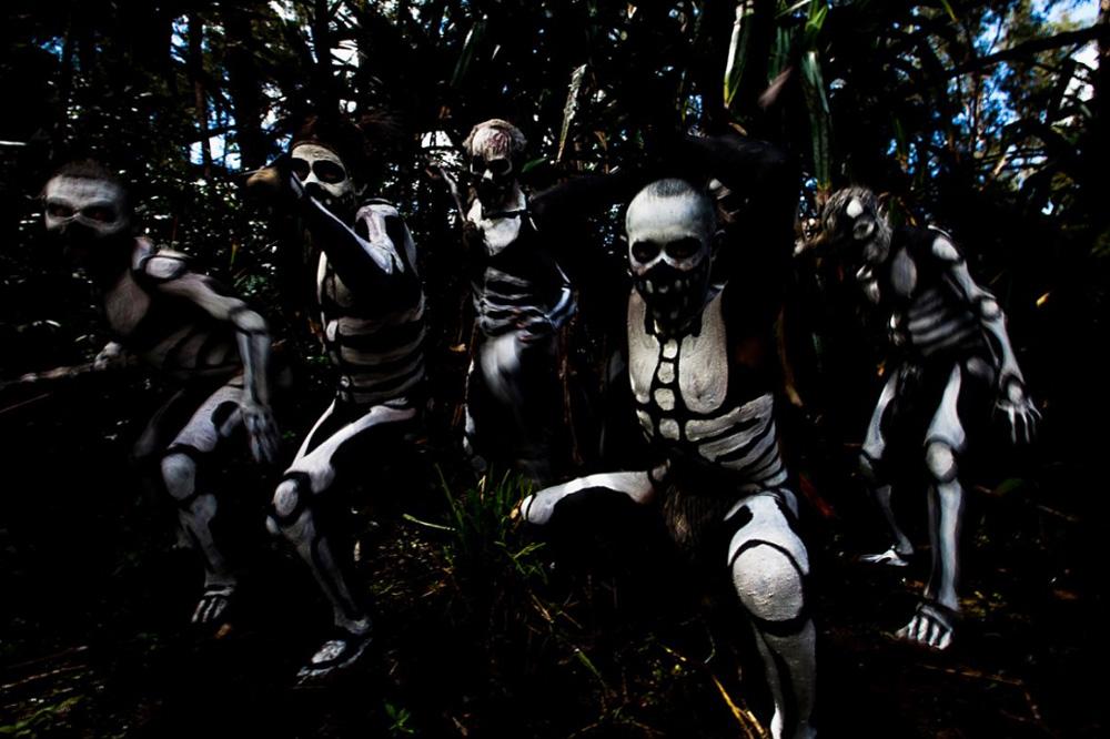 5. Племенная церемония с изображением «Духов», также известных как «Скелеты», которые атакуют лесной дух, известный здесь под именем Омо Масалаи, в поселке в провинции Чимбу. (Brent Stirton/Getty Images)