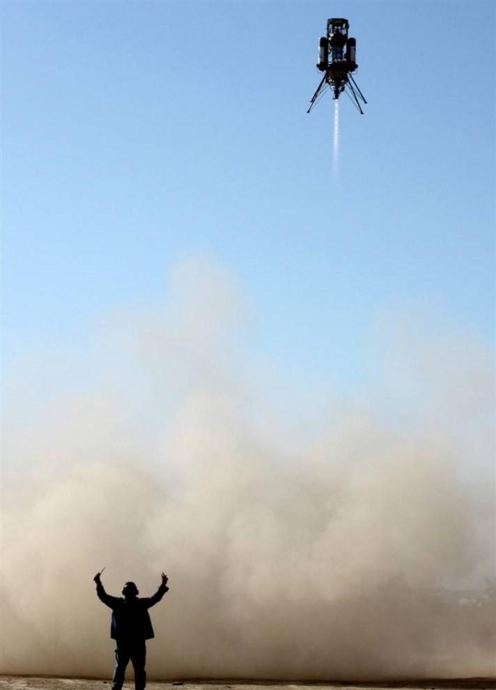 5. Ракета XA-0.1B компании «Masten Space System» поднимается в воздух на аэродроме 7 октября. Xombie успешно завершила тестовый полет с двойным запуском, заработав команде компании «Masten» 150 000$ в соревновании среди аппаратов для посадки на Луну. (X Prize Foundation via AP)