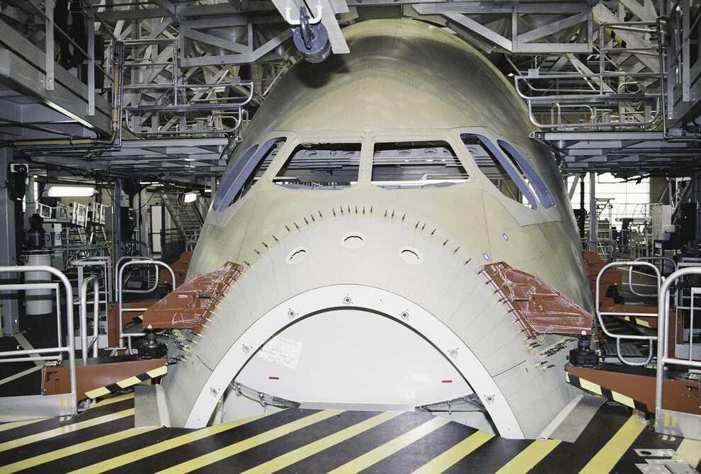 5) Среди больших лайнеров Airbus А380 самый экономичный — 3 литра топлива на одного пассажира на 100 километров пути. Имеет четыре двигателя. Также у лайнера предусмотрена грузовая модификация A380F с возможностью перевозить груз до 150 тонн на расстояние до 10 400 км.